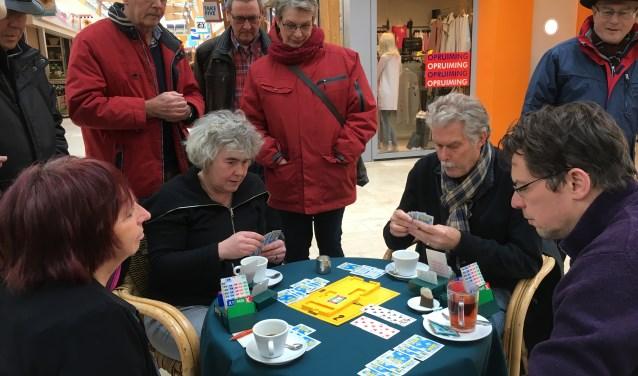 Met een bridge-demonstratie in De Hoven vestigden vier Delftse bridgeclubs de aandacht op de 'bridgecursus voor beginners'. Info: bridgecursusdelft@gmail.com en facebook.com/bridgeninDelft.