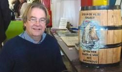 Theo Werner droeg afgelopen weekend tijdens het 50-jarig jubileum van de Historische Vereniging Vlaardingen de trui zoals die gebreid moet worden. (Foto: Cees Groen)