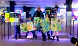 Het resultaat! Kunstenaar Wouter Stips temidden van zijn 'leerlingen'.