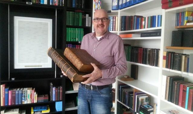 Erik Kuijper toont enkele bijzondere bijbels uit zijn Bijbelmuseum. Eigen foto
