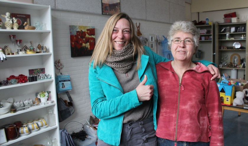 Marjan Wierenga ziet met vrijwilligster van het eerste uur Julita weer een van haar initiatieven werkelijkheid worden: De Weggeefwinkel. FOTO: Lysette Verwegen