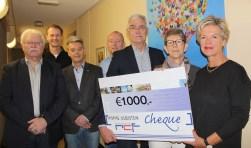 Arja Kraaijeveld (rechts) overhandigde namens het RCF een welcome cheque aan Ed Booms en Alie Schouten van het IJsselsteinse hospice. FOTO: Lysette Verwegen