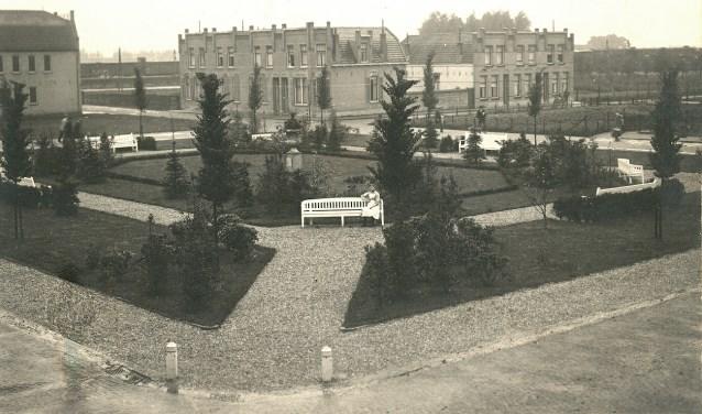 Het Julianaplantsoen met banken en siervaas in 1919. Foto-archief: Cock Karssen