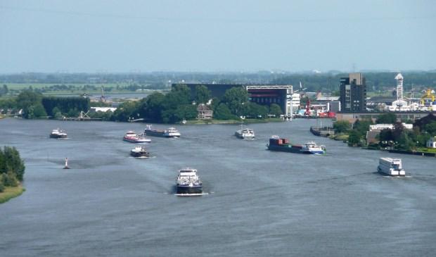 Door de drukke scheepvaart op de rivierkruising is de situatie onveilig. (foto Geert van Someren)