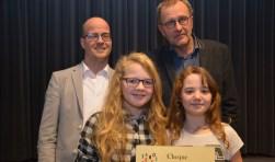 Isabelle van Ommen (links) en Frederike van 't Ende overhandigden de cheque aan Bart Kloppenburg (links) van de Timotheüsschool en Fred van der Ham. fotol: Cor Sellis