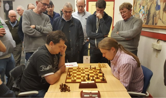 De slotpartij tussen Sander van Eijk en Hotze Tette Hofstra (rechts) kreeg grote belangstelling.Foto: Rinus van der Molen