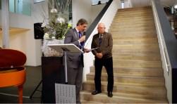 Tijdens de uitreiking van de prijs in het gemeentehuis. Foto: Co Keulstra)