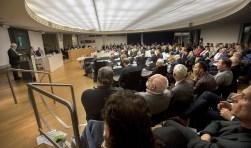 In een overvolle raadzaal werd het debat over Holland Outlet Mall gevolgd. (Foto: Ronald Stam Fotografie)