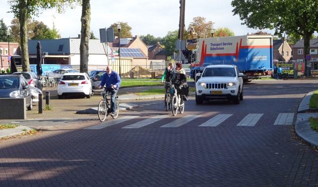 De oversteekplaats aan het 14 Oktoberplein in Overloon is onveilig door het drukke verkeer. (foto: Henk Willemssen)