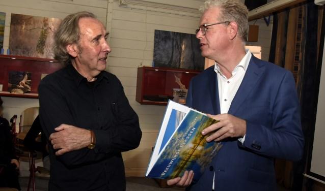 Casper Cammeraat (l) in gesprek met wethouder Dirk-Jan Knol. Foto: Marianka Peters