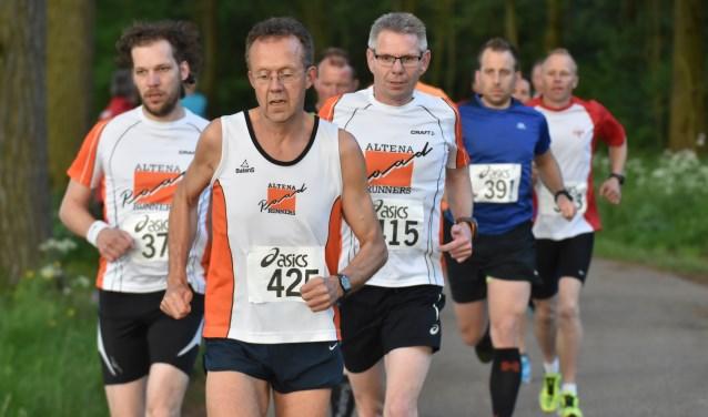 Een aantal lopers van de organiserende vereniging Altena Road Runners. foto: Digitaalburg