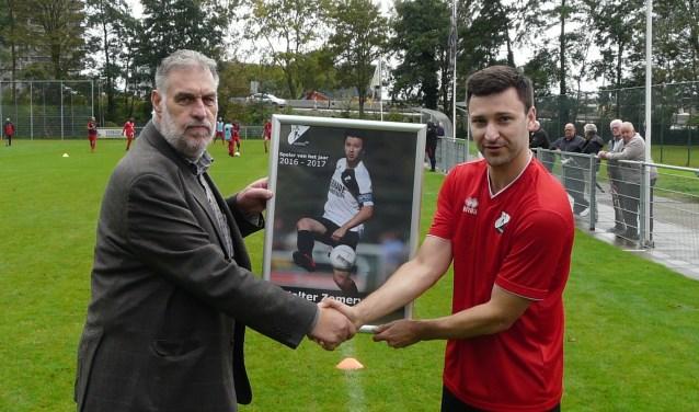 De eerste officiële daad van  DVO32's recent aangetreden voorzitter Kees Zegers: hij mocht Walter Zomervrucht belonen als beste speler van het voor de club zo succesrijke seizoen 2016/17. (Foto: Persgroep)