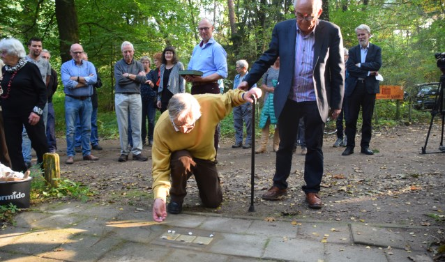 De laatste drie Stolpersteine werden vorige week bij het Nivonhuis gelegd. Daan Cohen (links), die als jongen aan de Bosbeekweg ondergedoken zat, was ook hierbij aanwezig. (foto: Jan van Eck)