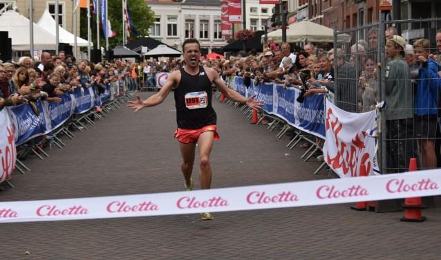 Tom Koetsenruijter won dit jaar de 10 kilometer tijdens de Halve Marathon van Roosendaal