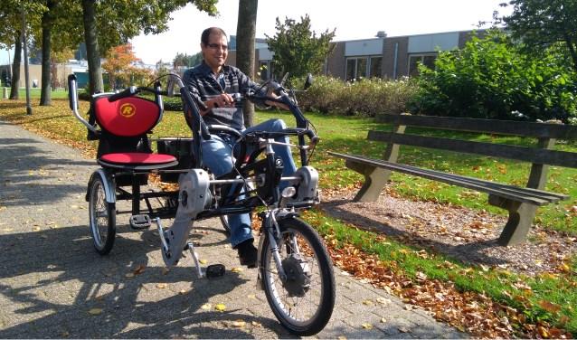 Rachid Aarabe kan niet vier dingen tegelijk doen. Hij is dan ook op zoek naar mede-vrijwilligers. Wie bezorgt de ouderen een geweldig dag en gaat met ze fietsen? FOTO: JOHN DE KOK.