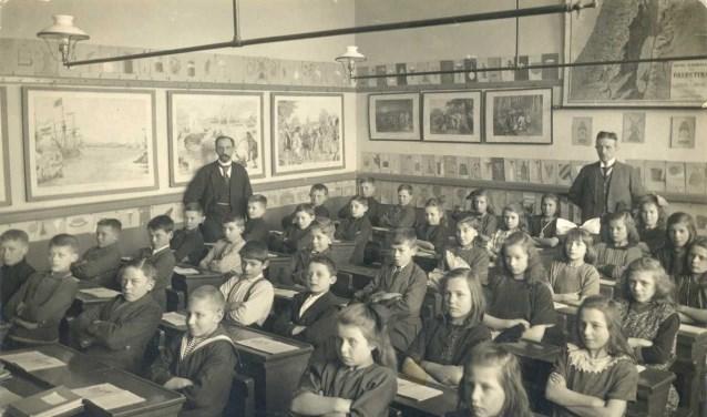 Klassenfoto van de Nederlandsch Hervormde Gemeenteschool nr. 4 aan de Jutfaseweg te Utrecht, 1926. Rechts in beeld hoofdonderwijzer W.G. van de Hulst. (collectie Het Utrechts Archief)