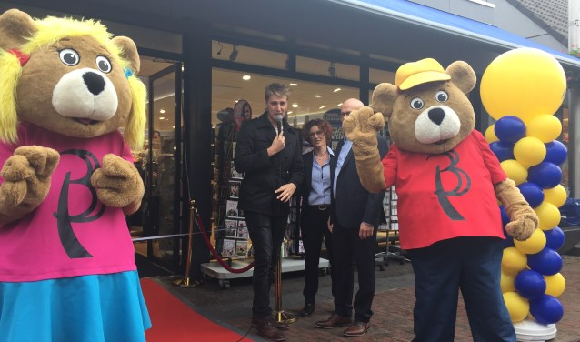 Henk en Krista Ketting van de Primera Middenbaan bij de officiële opening van het nieuwe pand, bijgestaan door Barend & Dregje en presentator Marco van 't Woud. (Foto: Arie Visser)