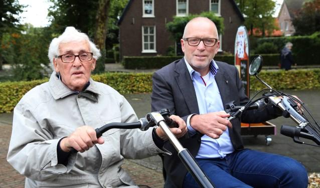 Wethouder Erik van Daal (rechts) op de duofiets met de 89-jarige Jan van den Boom. (foto: Marco van den Broek)