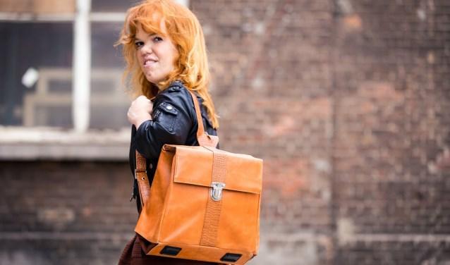 Vier jaar geleden is Denise afgestudeerd aan de Design Academy in Eindhoven. Ze ontwierp een tas die ze uit kan klappen tot een krukje.