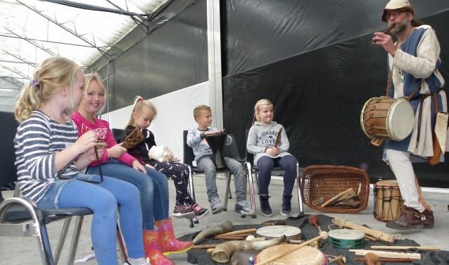 Vlnr: Steffi Vermeulen, Maks van Soest, Roos Kuijf, Daan van der Boom en Evi Houtman maken muziek tijdens de workshop van de Flierefluiter. FOTO: Morvenna Goudkade