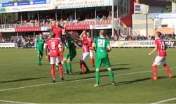 Duel om de bal voor het doel van de Veenendaalse Derde Divisionist tegen VVOG. DOVO won de partij verdiend met 1-0. (Foto: Henk Jansen)