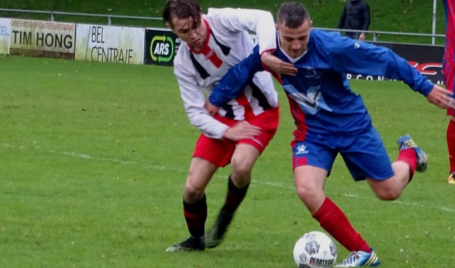 Cion en Victoria'04/za maakten van de Broekpolder-derby een vermakelijke en ondanks twee rode kaarten ook faire wedstrijd. (Foto: Arie Noordhoek)