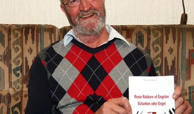 Wim van Duuren met zijn bondige boekje (foto: Wim de Boevère)