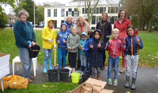 De kinderen die het slechte weer trotseerden om de bollen te planten.