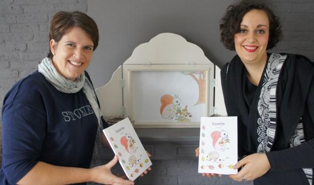 """Esther Vliegenthart (links) en Veerle den Hartogh: """"Ga na het lezen van het boekje ook eens met je kind naar het bos."""" (Foto: Thea van der Raaf)"""