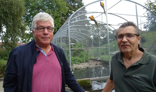 Harrie van Oers (l.) en Tonnie van Dulmen voor de prachtige koepel-volière met onder meer blauw-gele ara's, rode ibis, parelhoenders, jufferkraanvogels, witte mandarijnen en een fazant.