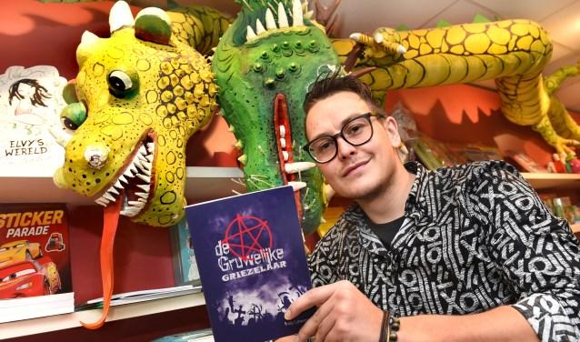 Schrijver Brady Lukassen uit Wehl met zijn eerste boek 'De Gruwelijke Griezelaar'. (foto: Roel Kleinpenning)
