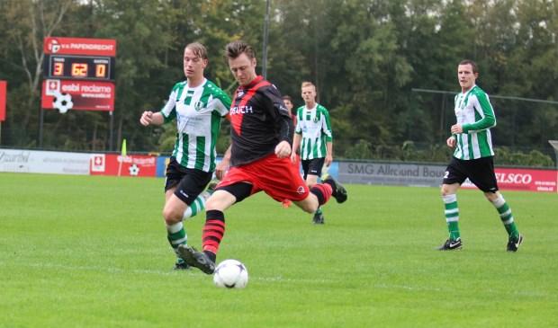 De maker van de 4-1, Xavier Leenheer snelt langs de verdediging van Tricht.(foto: VV Papendrecht)