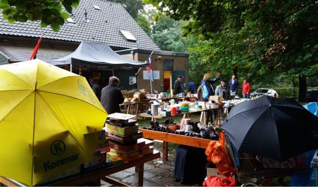 Ondanks de regen trok de snuffelmarkt zaterdag veel bezoekers. Foto: Kees Jansen