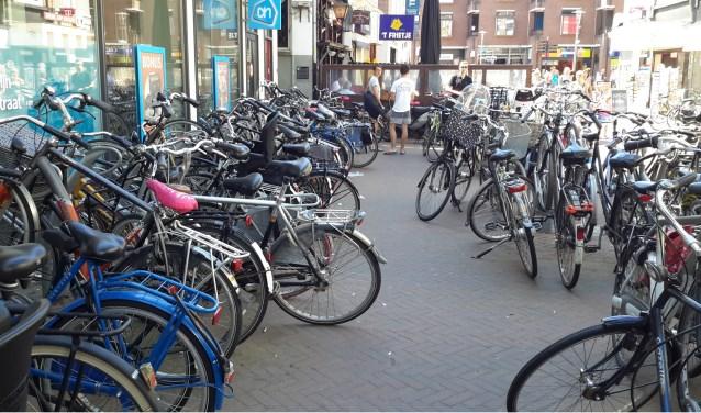 Verschillende vrijwilligers gaan de fietsen opknappen, ten behoeve van de kinderen in Nieuwland.