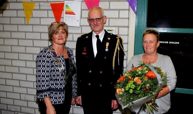 Cor van Zutphen met echtgenote en burgemeester Marleen Sijbers. (foto gemeente Sint Anthonis)
