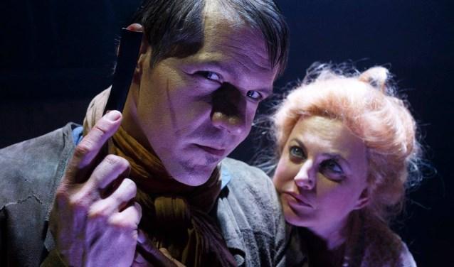 René van Kooten als Sweeney Todd is de ideale tegenspeler van Vera Mann als zijn buurvouw Mevrouw Lovett. Vera Mann kreeg voor deze rol een musical award voor de beste vrouwelijke hoofdrol. Foto: Bob Bronshoff.