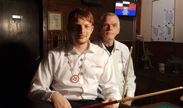 Jasper en Anton Zwier op een plek waar ze zich allebei thuisvoelen. Anton maakte Jasper al lid van zijn biljartclub Mekkelholt toen de jongen nog in de luiers zat.