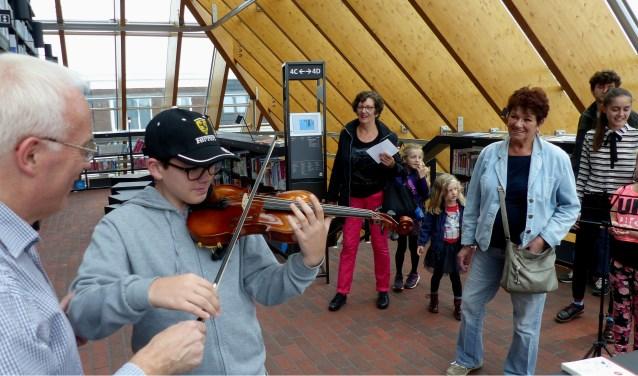 Bezoekers van de Boekenberg konden zaterdag verschillende instrumenten uitproberen. Foto: Roel van Deursen
