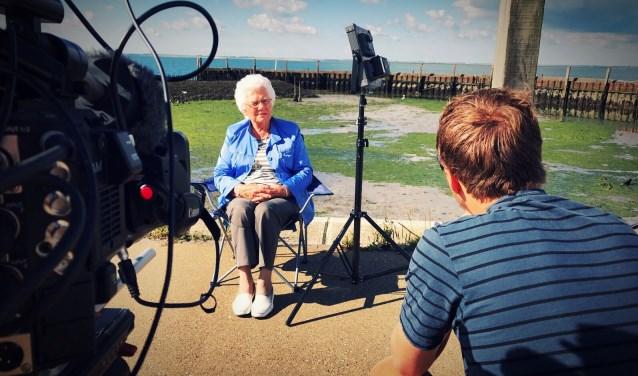 Annie Kooman-Hart was destijds een van de hulpverleners tijdens de Watersnoodramp. Tjeerd Muller interviewt haar hier voor zijn nieuwe documentairefilm, bij De Heerenkeet. FOTO: PR