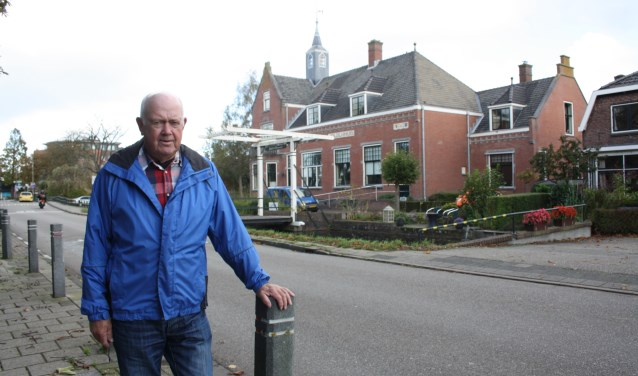 Samensteller Ton Buurman voor het Polderhuis waar hij in werd geboren. Zijn en Bas Metselaars boek is in de verkoop gegaan. Foto: GvL.