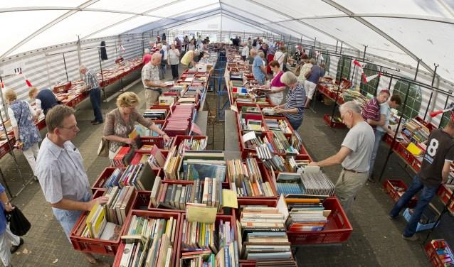 Bij de boekenmarkt met tussen meer dan 6000 boeken kunnen liefhebbers hun hart ophalen. Foto: Wouter Borre / TC Tubantia.