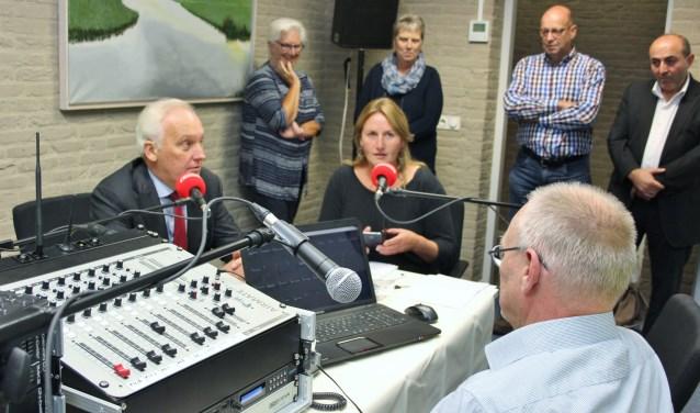 Burgemeester Dirk van der Borg opent de tweede studio van Klokradio. (Foto: pr)