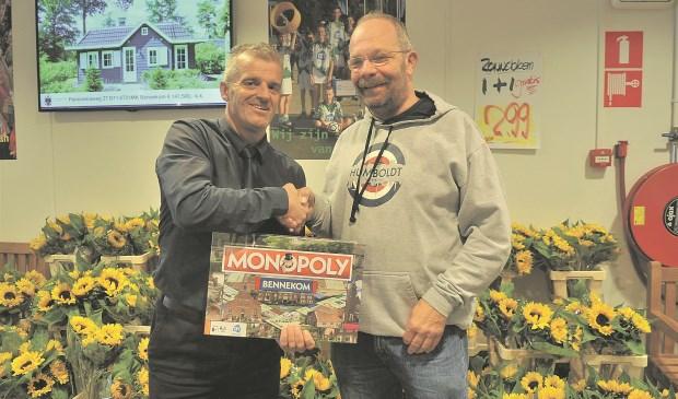 Supermarktmanager Gijs van Aartsen overhandigt het eerste exemplaar van Monopoly Bennekom aan de Bennekomse onder-burgemeester Kees Heitink. (foto: Gert Budding)