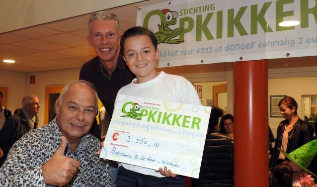 De sponsoractie voor Stichting Opkikker leverde een mooi bedrag op: € 5.085,86. 70% gaat naar Stichting Opkikker: € 3.560,10. 30% gaat naar de adoptiekinderen van school: € 1.525,76(Foto: Bert Jansen).
