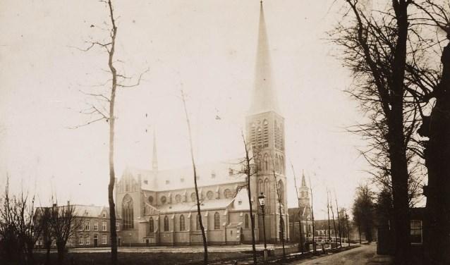 De net voltooide Bonifatiuskerk naast zijn oudere voorganger. De foto is uit 1897.