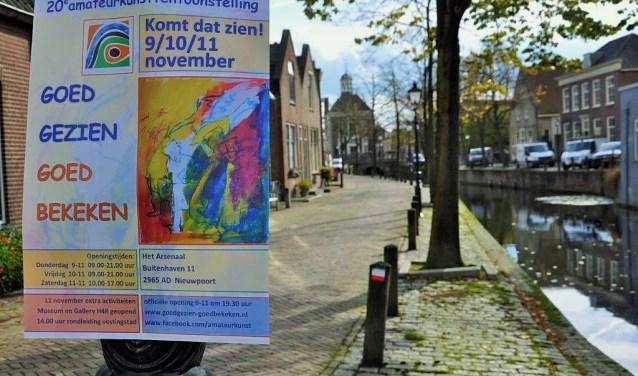 De poster van de 20e expositie van Goed Gezien Goed Bekeken met op de achtergrond de 734 jaar oude vestingstad Nieuwpoort. De expositie wordt gehouden in het Arsenaal aan Buitenhaven 11 aldaar.