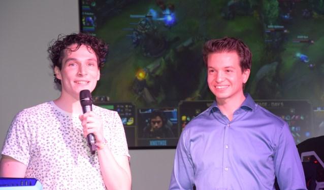 Oprichter Thomas Runhart (r) en 538 DJ Daniël Lippens (l) openden met veel enthousiasme de Esports Game Arena.