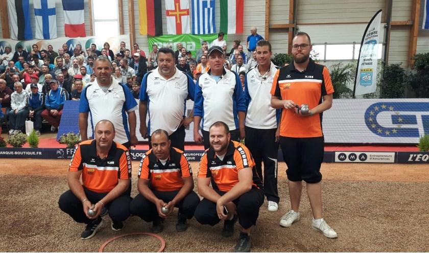 Kees (rechts) met zijn team en het Franse team (Foto Kees Koogje)