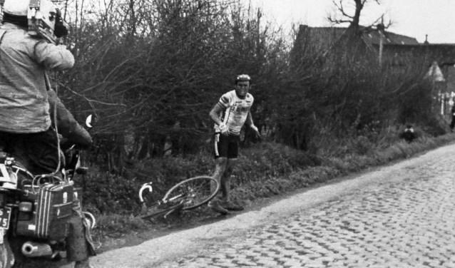 De bekendste foto van Hennie Kuiper, gemaakt tijdens Parijs-Roubaix in 1983. Het salontafelboek bevat nog zo'n vierhonderd foto's. Foto: Cor Vos