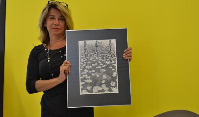 Directeur Sylvia Hagers met een werk van Escher. (Foto: KADE40)